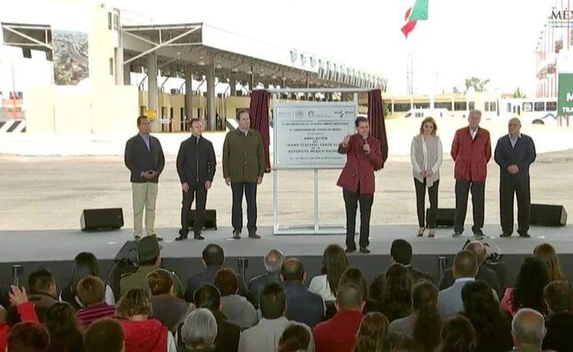 Imagen del presidente Enrique Peña Nieto al develar la placa inaugural de la ampliación de 4 a 8 carriles de la Autopista México – Pachuca. (@PresidenciaMX)