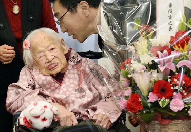 Misao Okawa recibió la visita del alcalde de su distrito que le regaló unas flores. (Agencias)