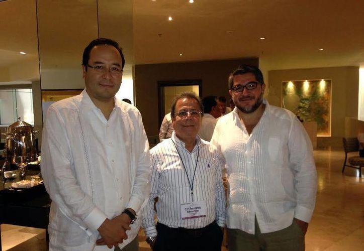 El consejero del Instituto Nacional Electoral (INE), Ciro Murayama Rendón (izquierda), acompañado del vocal estatal del mismo, Fernando Balmez y otro funcionario, participan desde ayer en una reunión nacional en Mérida. (Milenio Novedades)