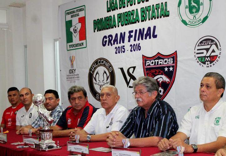 Con la presencia de los técnicos y directivos se dieron a conocer los trofeos de campeón y subcampeón de la liga. (Milenio Novedades)