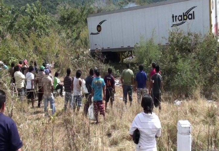 Una de las cajas del tráiler cargado de leche se salió de la carretera. (Azarías Chan Pech/SIPSE)