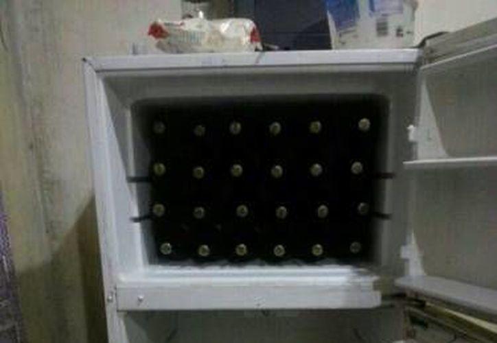 En el lugar había dos refrigeradores con cervezas, que supuestamente se venden de forma ilegal sin el permiso correspondiente. (Redacción/SIPSE)