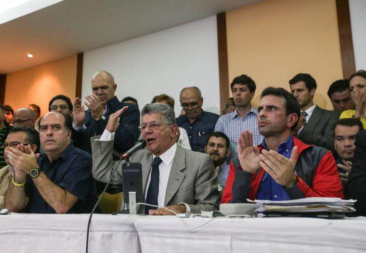 El presidente de la Asamblea Nacional de Venezuela, Henry Ramos Allup (c), el diputado opositor Julio Borges (i) y el gobernador de Miranda, Henrique Capriles (d), en la rueda de prensa, el viernes 21 de octubre de 2016, en Caracas, donde llamaron a la 'toma de Venezuela' . (EFE)