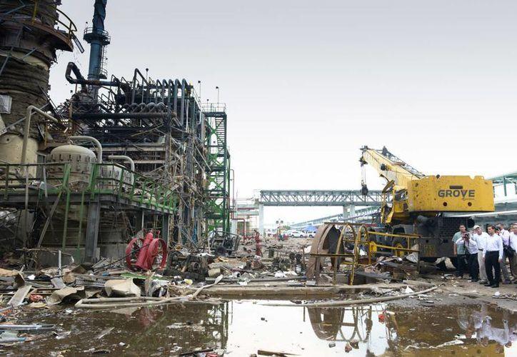 Imagen tomada del recorrido que realizó el presidente Enrique Peña Nieto tras la explosión en el Complejo Petroquímico Pajaritos, en Coatzacoalcos. (gob.mx/presidencia)