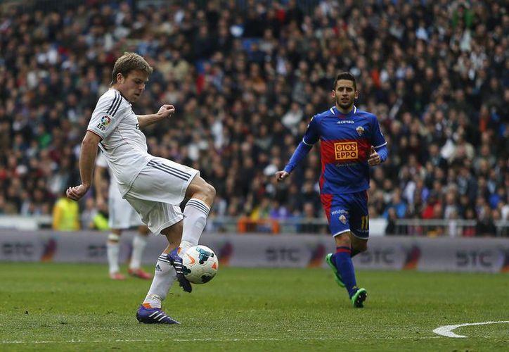 El madridista Asier Illarramendi abrió la fiesta de goles contra Elche a los 34 minutos del partido. (Agencias)
