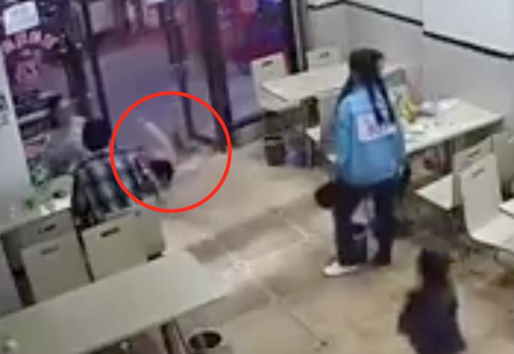 Los comensales testigos del hecho miraron con malos ojos la acción de la mujer. (Foto: Captura de pantalla).