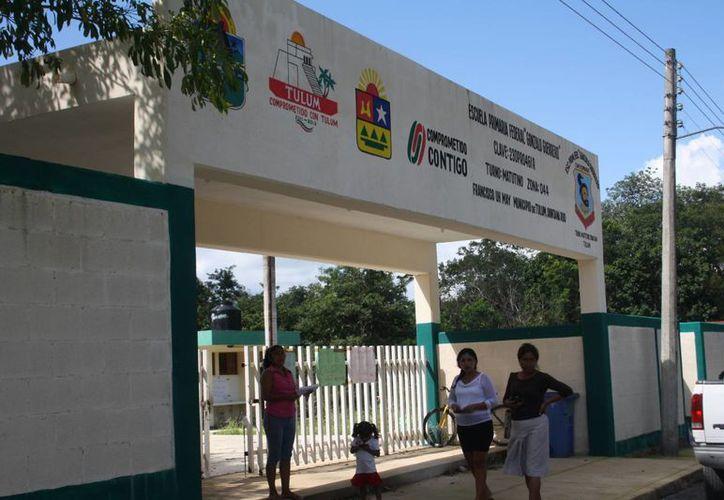 El comité de padres de familia, acusa al director de la escuela primaria Gonzalo Guerrero de maltrato. (Rossy López/SIPSE)