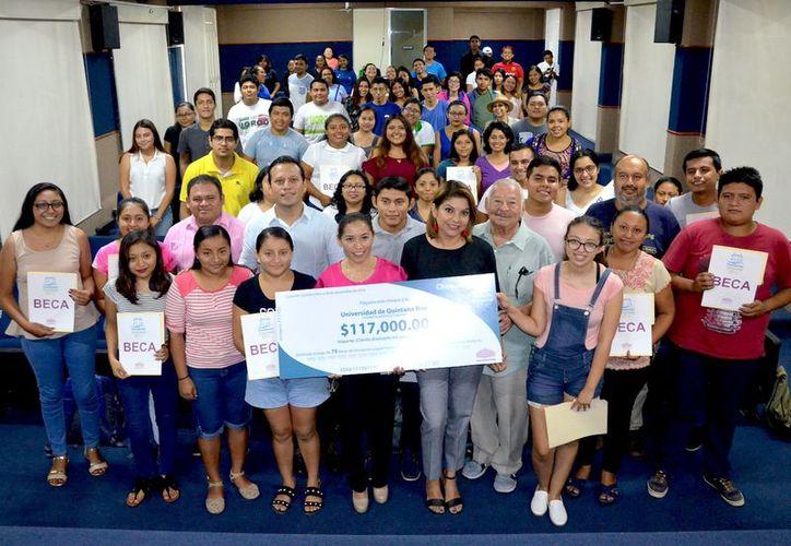 La Fundación Cozumel benefició a 75 jóvenes para que sigan estudiando. (Gustavo Villegas/ SIPSE)