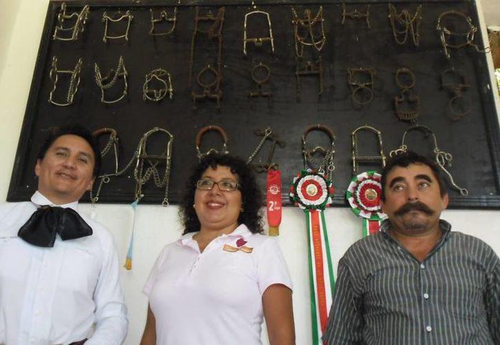 Organizadores del torneo de charros, que iba a ser suspendido debido a las lluvias. (Jesús Erosa/Milenio Novedades)