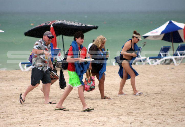 La lluvia afectó a los prestadores de servicios del Malecón. (G. Keb/ SIPSE)