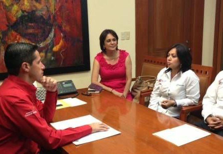 El alcalde de la isla en la reunión con directivos de la empresa Cablemás. (Cortesía/SIPSE)
