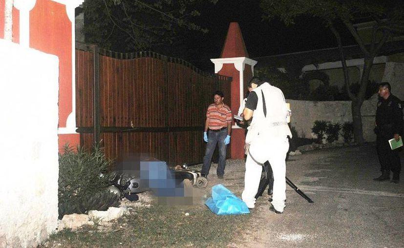 El cuerpo del motociclista quedó sobre su vehículo junto al portón de la hacienda. (Milenio Novedades)