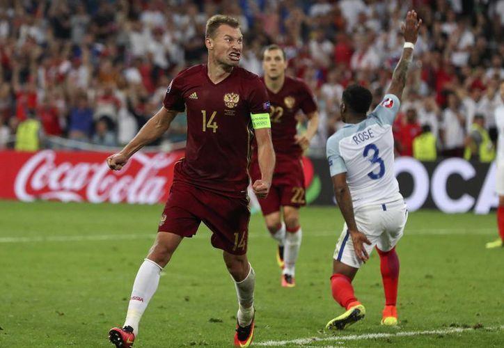 Vasili Berezutski celebra el gol que brindó el empate a los rusos, este sábado en la segunda jornada de la Eurocopa 2016. (AP)