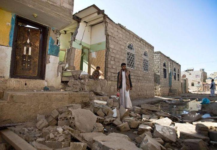 Imagen de los daños que los bombardeos aéreos saudíes han provocado en Yemen. (AP)