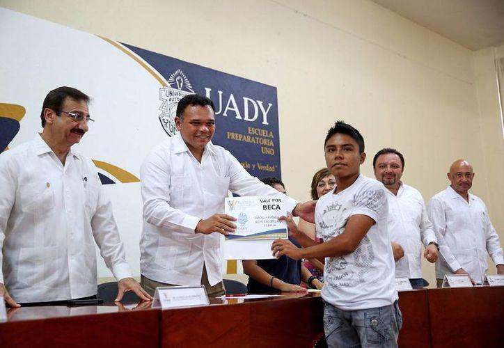 El gobernador Rolando Zapata Bello entrega una beca del fondo 'Francisco Repetto Milán'. (SIPSE)