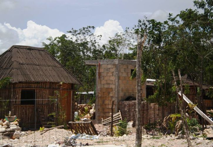 Los habitantes de In House han comenzado a construir sus viviendas con blocks y cemento. (Octavio Martínez/SIPSE)