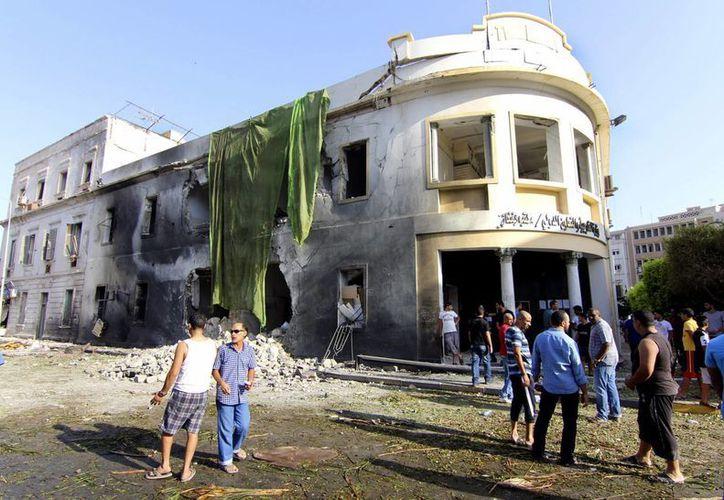 Edifico afectado por la explosión de un vehículo cargado de explosivos en Bengasi, Libia, el miércoles, 11 de septiembre del 2013. (Agencias)