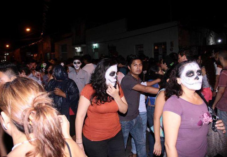 Mucha gente se animó no solo a participar en las celebraciones por el Día de Muertos, sino a maquillarse de forma muy particular. (Foto: Jorge Acosta/SIPSE)