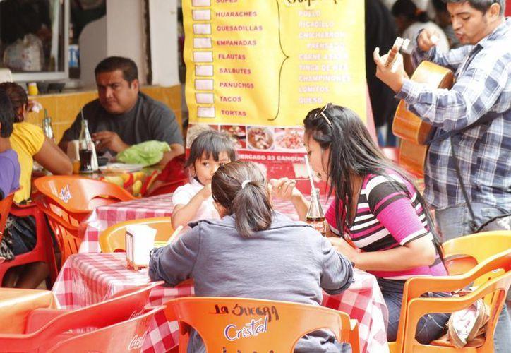 El menú que ofrecen los restaurantes se basa en productos de la temporada, como pescado y mariscos. (Jesús Tijerina/SIPSE)
