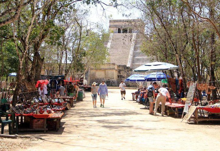 Una de las medidas para eliminar el asedio al turismo, es la reubicación de los comerciantes, señala Cultur. (SIPSE)