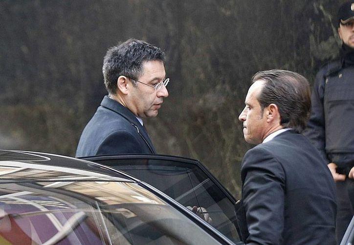 Josep Bartomeu (izq.), presidente del Club Barcelona, acudió ante el juez para dar su versión sobre el traspaso del astro brasileño Neymar. El directivo tiene una acusación de fraude fiscal. (Efe)