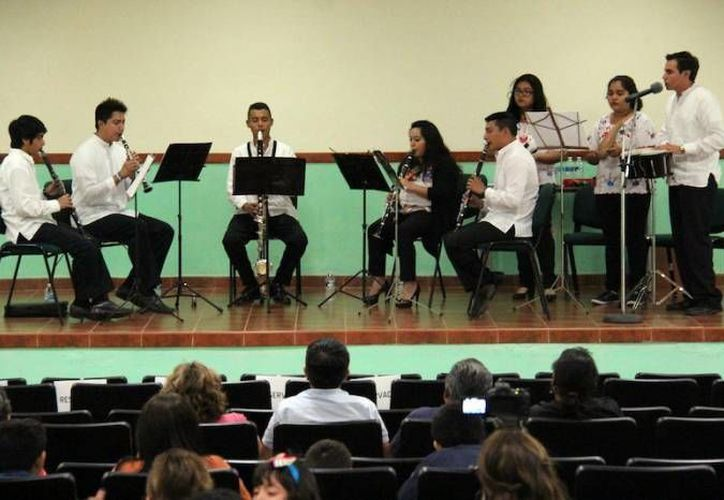 """Una parte de los alumnos integrantes del Proyecto Alfa Yucatán, que en la foto aprecian con sus familiares un concierto a cargo del ensamble de clarinetes """"Páax utia'al lik, actualmente toman parte en un taller de matemáticas mayas.  (SIPSE)"""