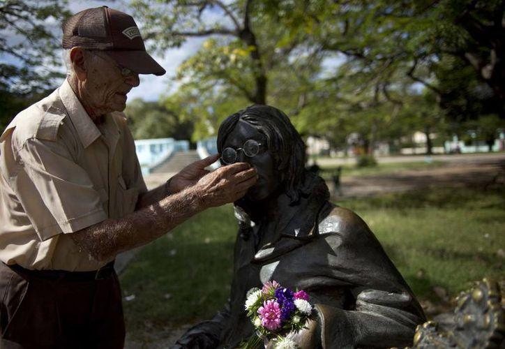 El hecho que Juan González custodie los lentes de la estatua de Lennon evitó que la escultura siga siendo vandalizada. (Agencias)
