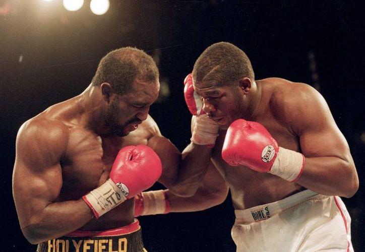 Riddick Bowe (d), elegido para el Salón de la Fama del Boxeo Internacional, destronó a Evander Holyfield (i) en 1992. (badlefthook.com/Foto de archivo)