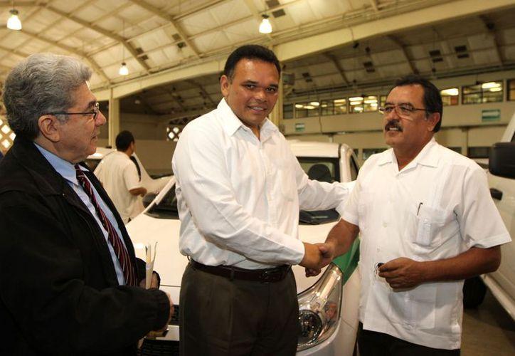 El gobernador Rolando Zapata Bello entrega uno de los vehículos para el Patronato Cultur. (SIPSE)