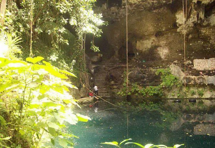 El cenote Zací es imponente y uno de los más visitados por el turismo nacional e internacional. (Jorge Moreno/SIPSE)