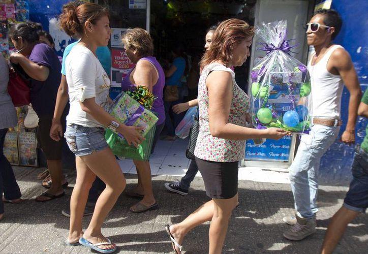 El calor fue intenso desde este jueves, día en el que muchos yucatecos salieron de compras navideñas con ropa 'fresca'. (Notimex)