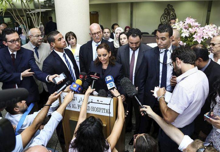 La canciller mexicana, Claudia Ruiz Massieu, atiende a los medios de comunicación tras visitar a sus ciudadanos heridos en el hospital Dar al Fouad. (EFE)
