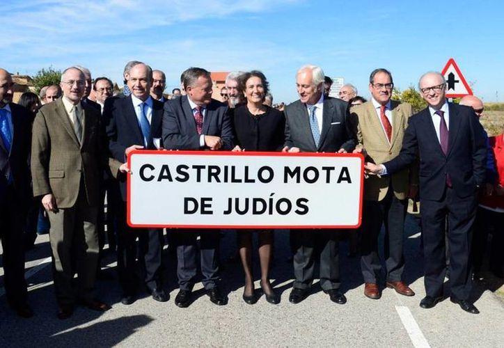 El embajador de Israel en España y funcionarios locales asistieron a la ceremonia del cambio de nombre.(twitter/@FForjasRNE)
