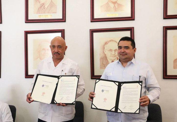El rector de la Uady, José de Jesús Williams, y Guillermo Mendicuti Loría, presidente de la Feyac, durante la firma de un acuerdo. (Foto cortesía del Gobierno estatal)