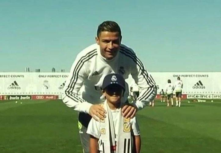 Una familia de refugiados sirios convivió con los jugadores del Real Madrid durante un entrenamiento. En la foto, Zied con su ídolo Cristiano Ronaldo. (infobae)