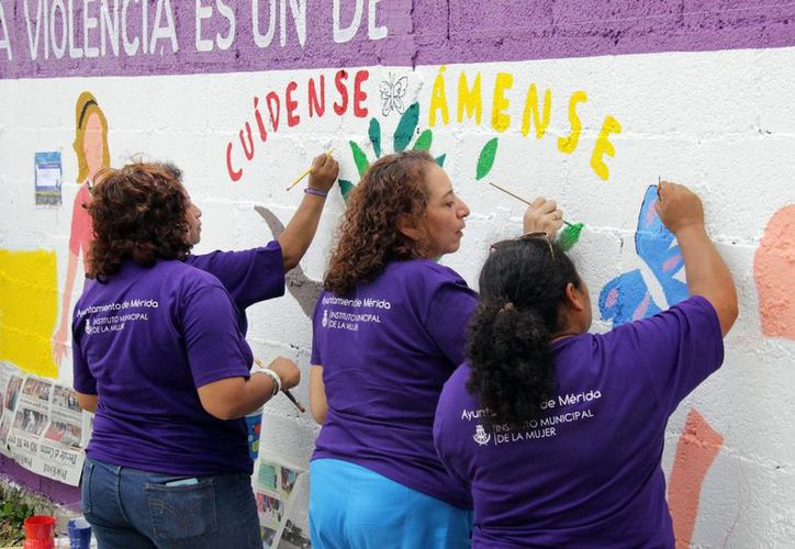 La pinta de murales forma parte de la conmemoración del Día Internacional para la Eliminación de la Violencia contra las Mujeres. (SIPSE)