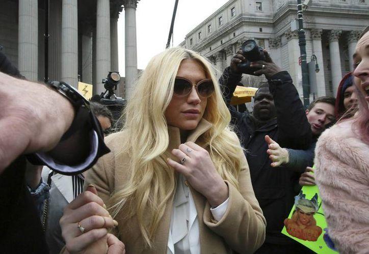 La cantante pop Kesha al salir del tribunal superior en Nueva York. (Agencias)