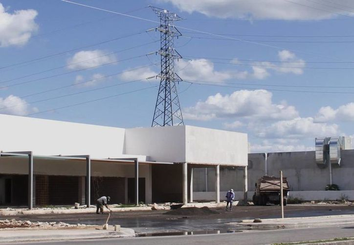 La edificación de un comercio se realiza cerca de las torres de la CFE. (Juan Albornoz/SIPSE)