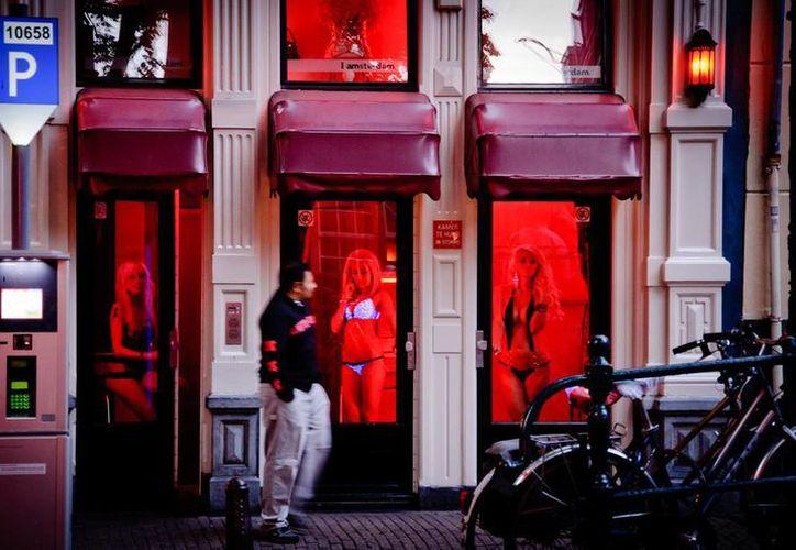 Ámsterdam es famosa, entre otras cosas, por su apertura hacia el trabajo sexual, el cual es regulado desde el 2000. (inamsterdam.com)