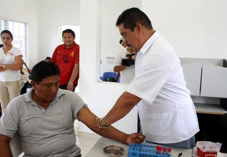 Los cozumeleños recibieron apoyos como en materia de salud. (Cortesía/SIPSE)