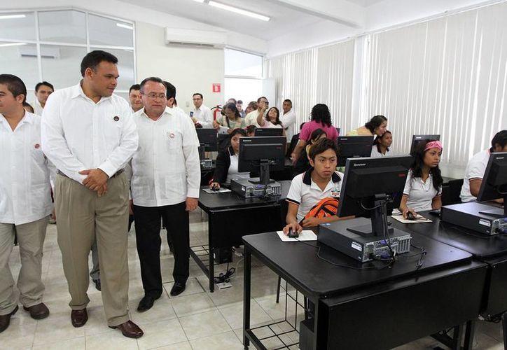 El gobernador Rolando Zapata durante su gira por Hunucmá. (SIPSE)