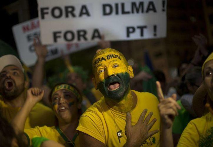Manifestantes anti-gubernamentales celebran después de la cámara baja del Congreso votó a favor de destituir al presidente de Brasil, Dilma Rousseff, en la playa de Copacabana en Río de Janeiro, Brasil. (Agencias)