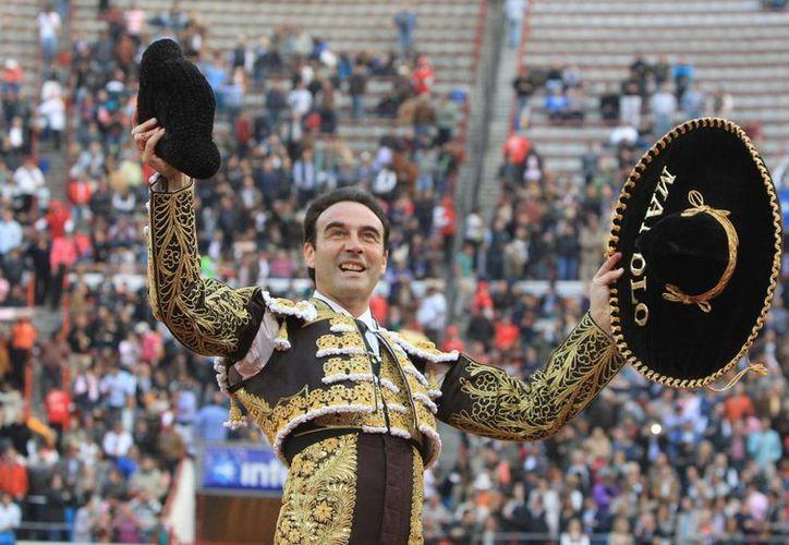 El torero español Enrique Ponce al celebrar su triunfo en la decimotercera corrida de abono en la Monumental Plaza de Toros de México, en la Ciudad de México. (EFE)