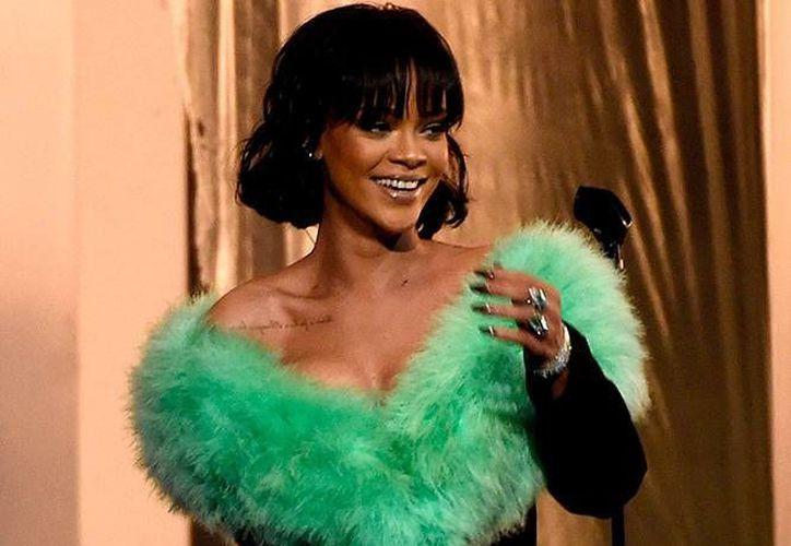 Rihanna donó una Guitarra Ibanez acústica, firmada por ella y por los miembros de su banda. La subasta se llevará a cabo el 30 de agosto. (EFE)