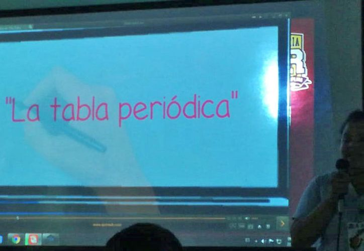 Alumnos exponen sus aplicaciones a docentes. (Foto: SIPSE)