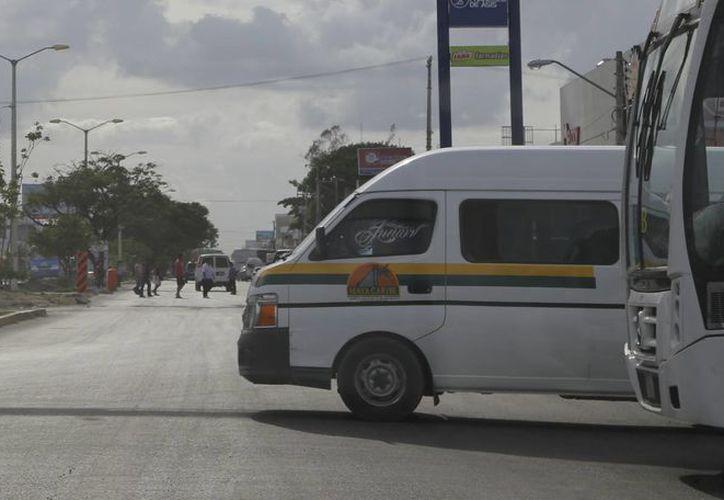 En las combis no debe ir ningún pasajero parado, y en los autobuses sólo el 20%. (Israel Leal/SIPSE)
