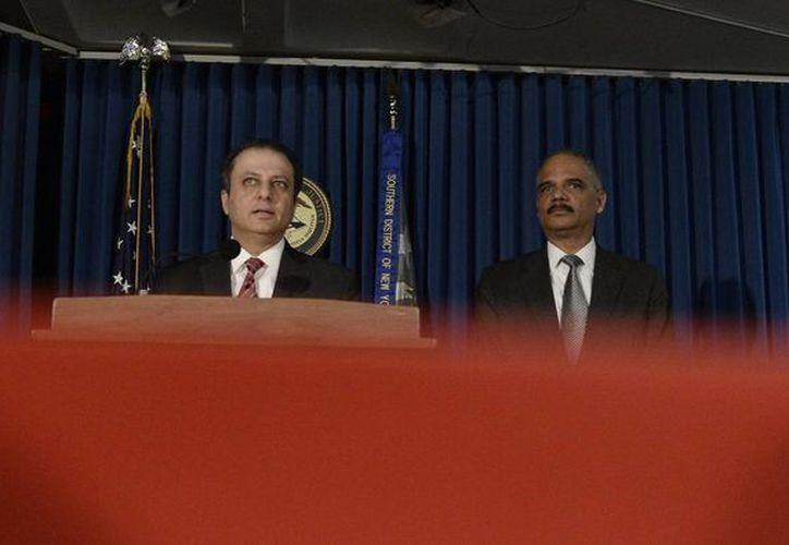 Preet Bharara (i), fiscal del distrito sur de Nueva York, ofrece una rueda de prensa conjunta con el fiscal general de Estados Unidos, Eric Holder (d), en Nueva York. (Archivo/EFE)