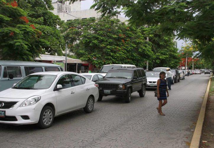 """Los """"viene, viene""""  estacionan en doble fila los vehículos.  (Tomás Álvarez/SIPSE)"""