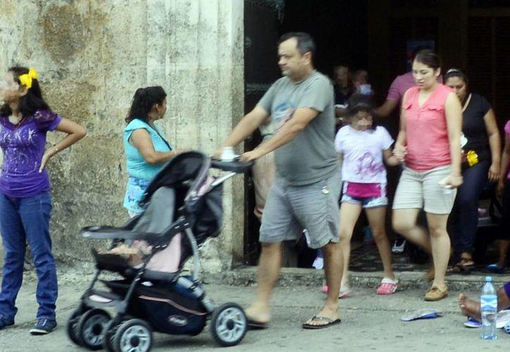 La Iglesia ve a la ideología de género como una auténtica amenaza al matrimonio entre el hombre y la mujer. Imagen de una familia al salir de la Catedral de Mérida. (Milenio Novedades)
