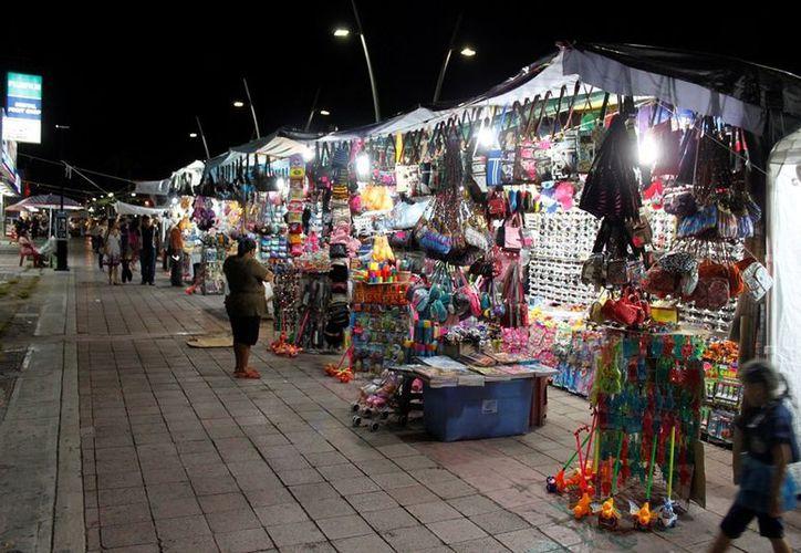 Para apoyar la economía informal, el Ayuntamiento othonense cobró a los vendedores 750 pesos durante las dos semanas que durará el evento cultural. (Enrique Mena/SIPSE)
